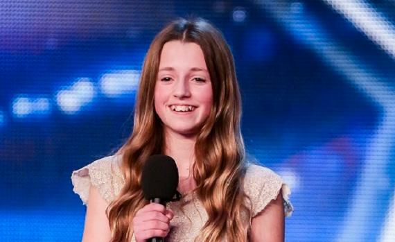12-летняя девочка вышла на сцену и заявила, что будет исполнять эту песню. Все посмеялись, но потом она запела…