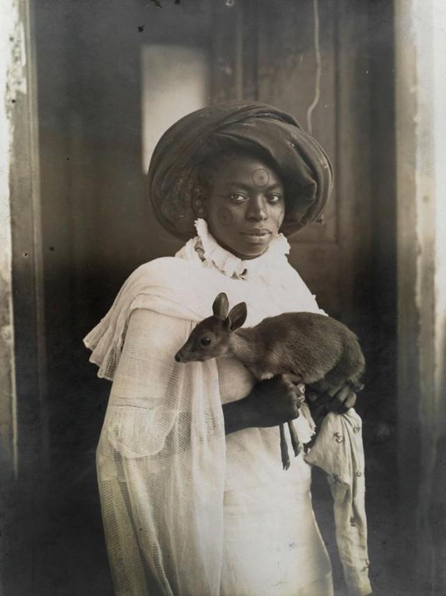 Молодая кенийка со своим любимцем – оленёнком в городе Момбаса, март 1909 national geographic, неопубликованное, фото