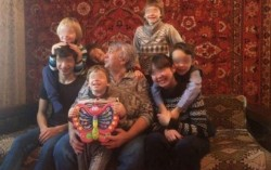 У россиянки отобрали семерых детей из-за слишком длинных волос сына
