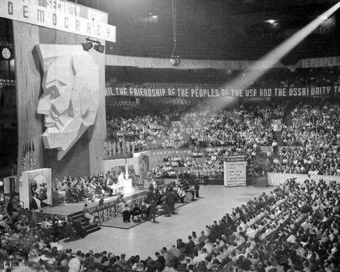 ХХ сьезд КП США. Чикаго, 1939 год. Над трибуной портрет Линкольна. По бокам — до боли знакомые лица… история, картинки, фото