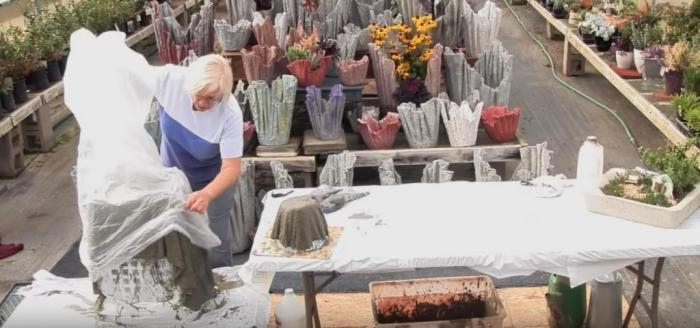 Женщина погрузила в цемент старое ненужное полотенце и в результате получила оригинальную вещицу для своего двора