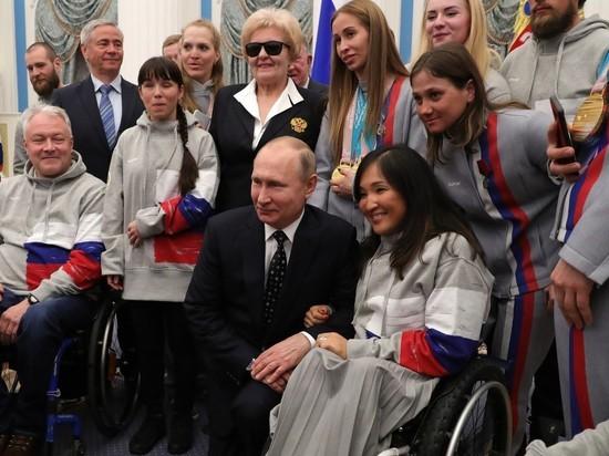 Путин вставал на колени перед паралимпийцами и обнимал незрячих спортсменов