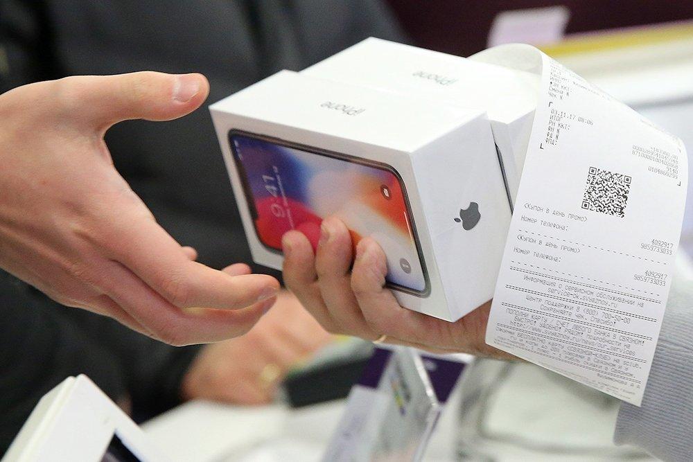 С новосибирца взыскали долг в очереди за iPhone X