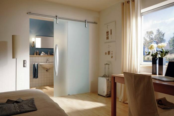 Стеклянные двери или их отсутствие. | Фото: dveridoma.net.
