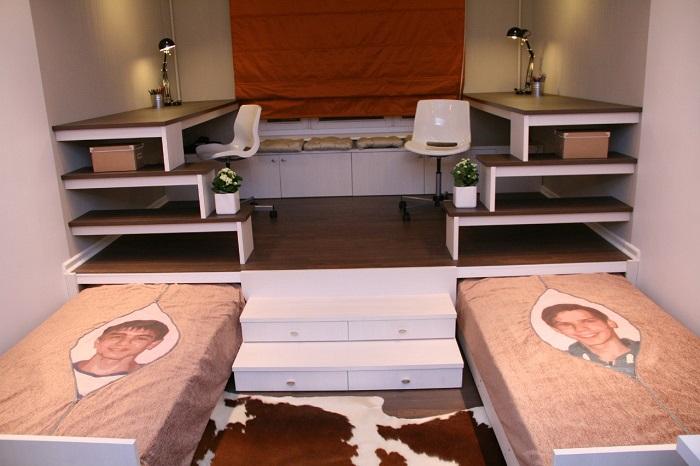 Кровать-подиум в детской комнате экономит много места.