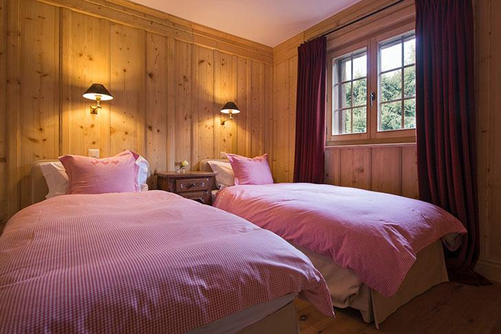 Красный диван и уютный свет: шале в Швейцарских Альпах