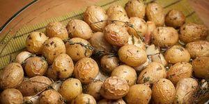 Картофель в духовке с чесноком и травами