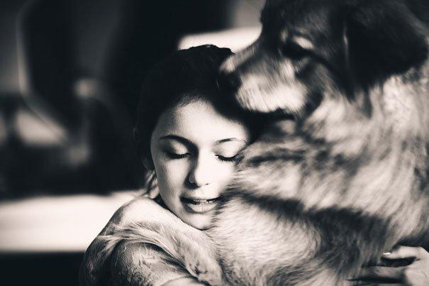 милые собаки обнимают своих хозяев (11)