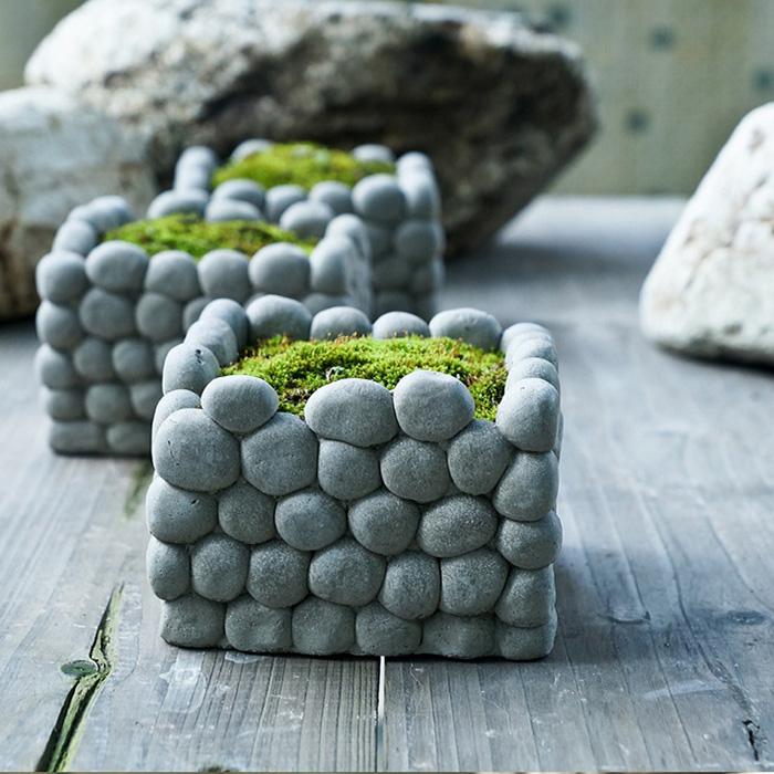 Кашпо для садового участка, декорированные мелкой галькой.
