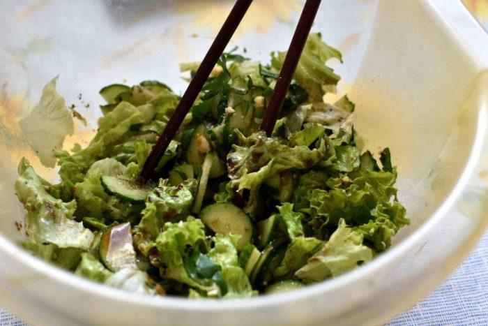 Летний овощной салат с арахисом.  Фото: povar.ru.