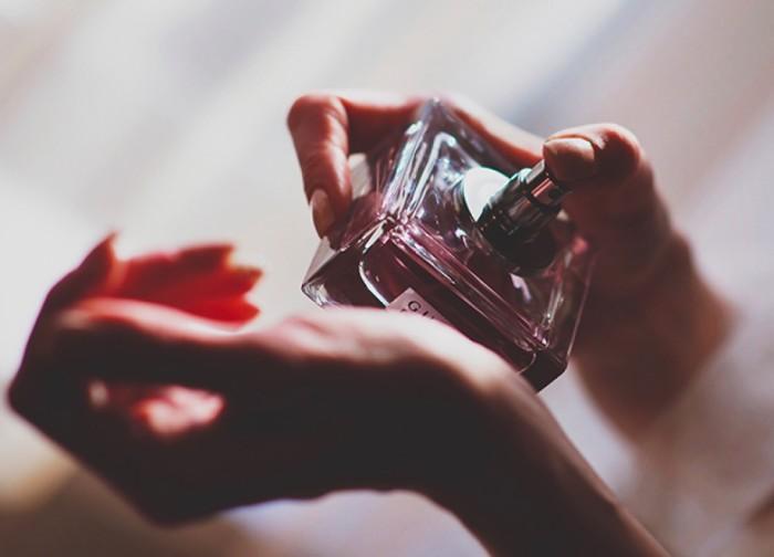 Куда и как следует «пшикать» духами, чтобы шлейф был длинным, а запах стойким места, стоит, парфюм,<br /><br />Важно знать места.<br /><br />Есть и такие места, куда точно не стоит наносить парфюм. В первую очередь вовсе не потому, что может случиться нечто плохое, а потому, что это просто бесполезно. В случае с представительницами прекрасной половины человечества в первую очередь это касается нанесения парфюма за уши. Кроме того, не стоит забывать, что духи – это все-таки не дезодорант, а значит им нет места подмышками.<br /><br />Наконец, не рекомендуется наносить парфюм на волосы. Как правило, в духах достаточно много спиртов, а они сушат кожу и волосы, что не очень-то полезно для поддержания здоровья и красоты.<br /><p class=