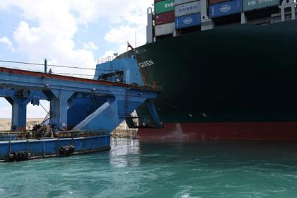 Попытка снять огромное судно с мели в Суэцком канале провалилась Мир