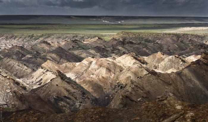 Геологические пласты, принявшие вертикальное положение. / Фото: Юля Назаренко.
