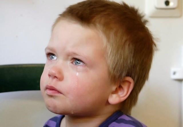 Сашка лежал и плакал на кров…