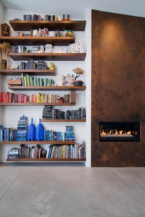 Разрозненные книжные полки на стене
