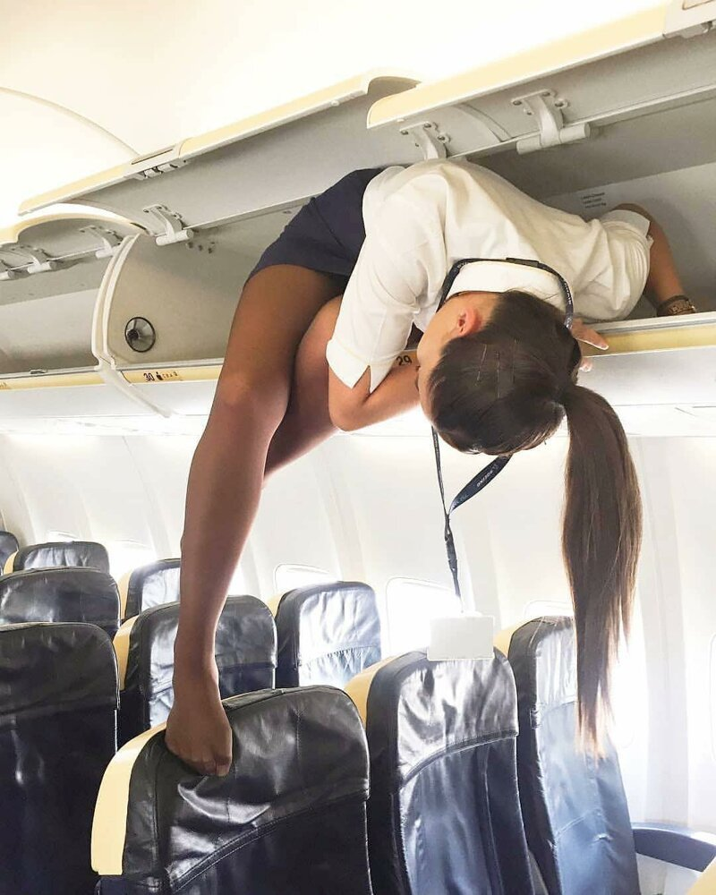 Вы удивитесь, но стюардессы перед полетом зачем-то залезают на полки для ручной клади бортпроводник, прикол, примета, самолет, стюардесса, юмор