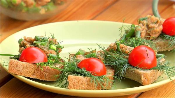 Бутерброды с чесночными стрелками
