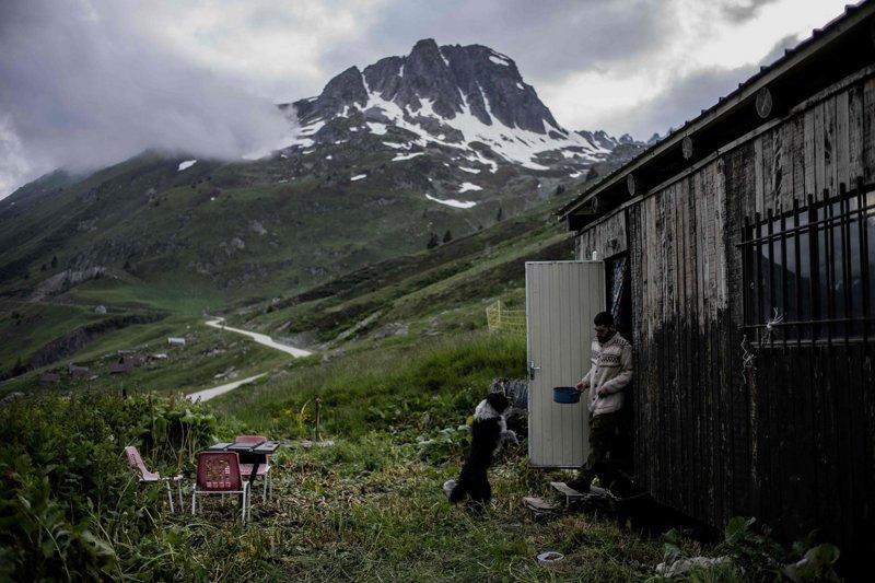 Зелёный бархат гор, усеянный скальными выступами, между массивом Бельдон (Belledonne) и долиной Морьен (Maurienne) – идиллическая площадка для туристов и пастушье царство с июня по октябрь Альпы, жизнь, пастух, работа