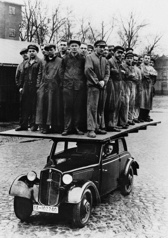 Проверка на прочность деревянного кузова DKW F8. На едущем автомобиле стоят не менее 28 человек. Германия, 1939 год. история, ретро, фото