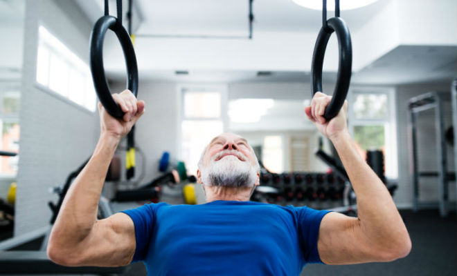 Как в 50 лет стать сильнее, чем был в 25: пожилой тренер показал свои упражнения Культура