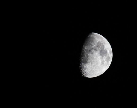 Астрономы нашли на обратной стороне Луны уран и поняли, почему ее видимая сторона тяжелее невидимой Культура