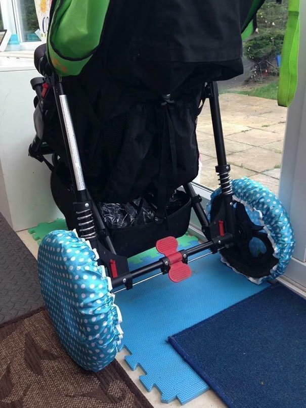 5. «Чехлы для колёс пригодятся, если вам надо занести коляску в помещение и не запачкать всё вокруг» Хитрость, дети, идея, полезно, родители, совет, фантазия