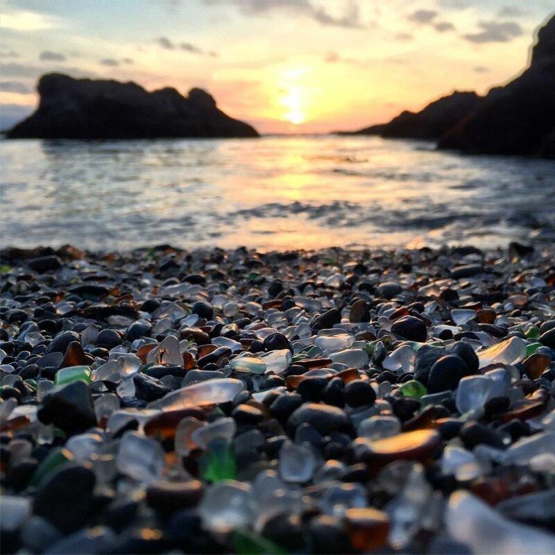 Закат на Стеклянном пляже, Калифорния. Вода долгое время шлифовала стекло, чтобы превратить его в эти гипнотические бриллианты! катаклизмы, природа, растительность