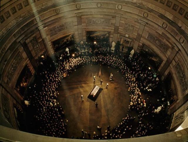 Гроб с телом Джона Ф. Кеннеди под куполом Капитолия, ноябрь 1963 national geographic, неопубликованное, фото
