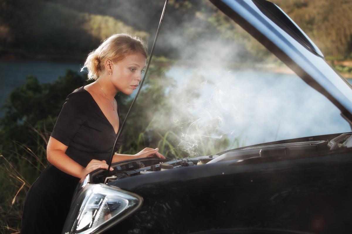 Что делают женщины, если в их машинах внезапно кончается бензин