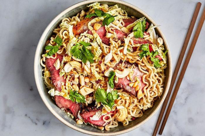 Азиатский салат с лапшой рамен.  Фото: 1000.menu.