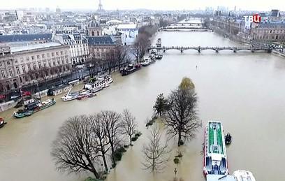 В Париже из-за наводнения закрыли Лувр