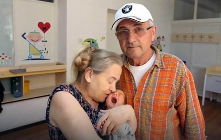 Женщина забеременела в 60 лет, когда муж увидел ребенка, он бросил жену без колебаний