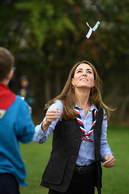 Маршмеллоу на костре и открытки для дома престарелых: Кейт Миддлтон встретилась с юными скаутами Монархи,Британские монархи