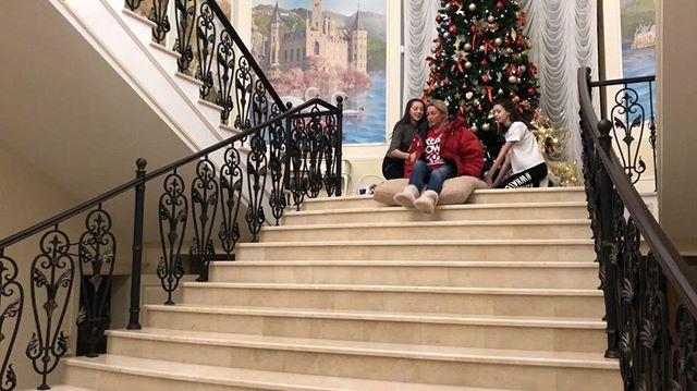 Черимбуримбурашка: Волочкова на шпагате съехала с лестницы......