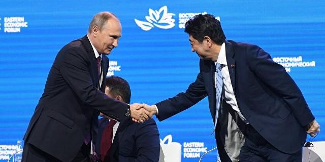 """Абэ призвал Путина поставить точку в """"ненормальной ситуации"""" с мирным договором"""
