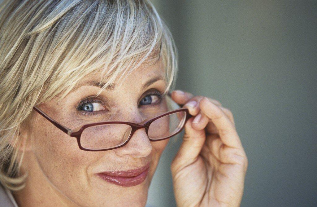 «Теперь даже с плохим зрением мой макияж идеален»: простое решение от читательниц старшего возраста