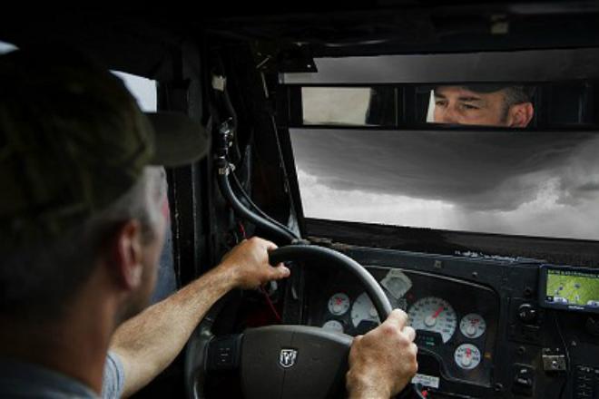 Водитель грузовика проехал прямо сквозь торнадо и все снял на камеру