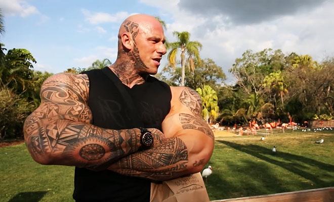 Гигант весом 150 кг пробует заниматься гимнастикой и снимает себя на камеру. Видео от Мартина Форда