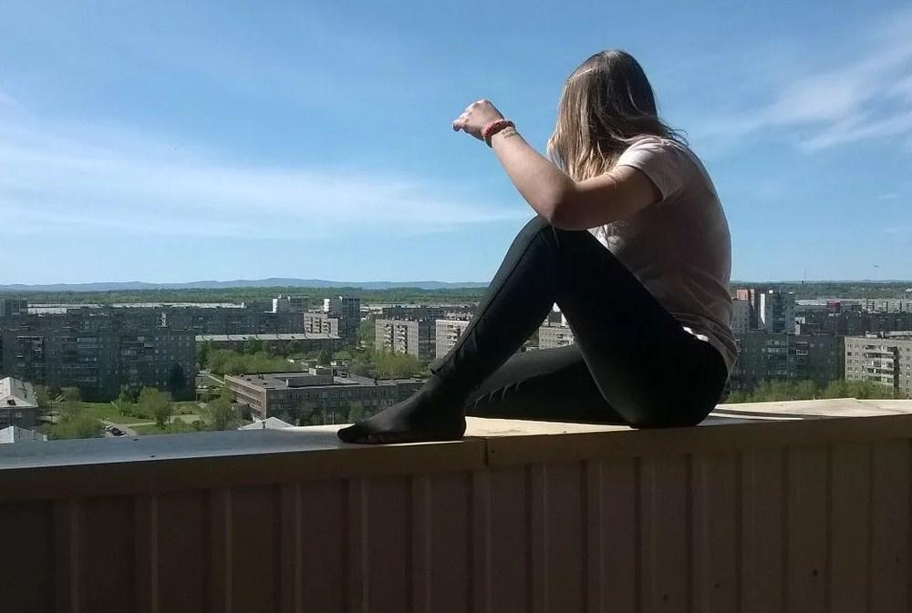 Картинки девушки прыгающей с окна