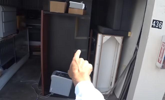 Мужчина купил старый сарай с мусором и нашел за грудой хлама дорогие запччасти