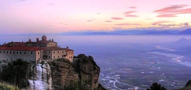 Парящие храмы на вершинах скал в Греции