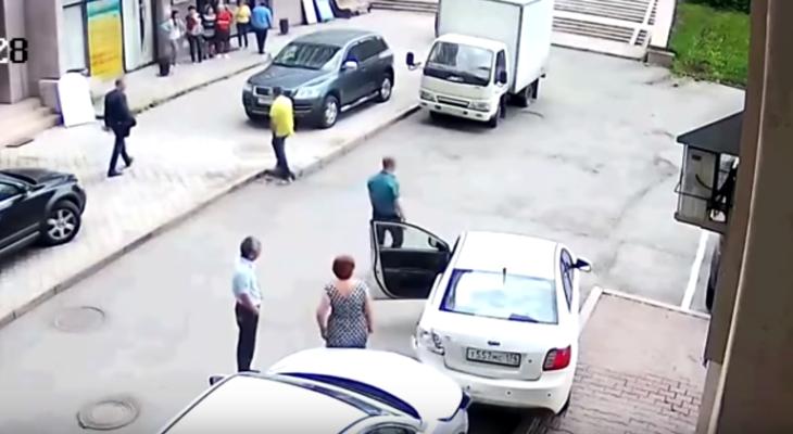 Мастер парковки в юбке за 2 минуты устроила настоящий хаос (видео)