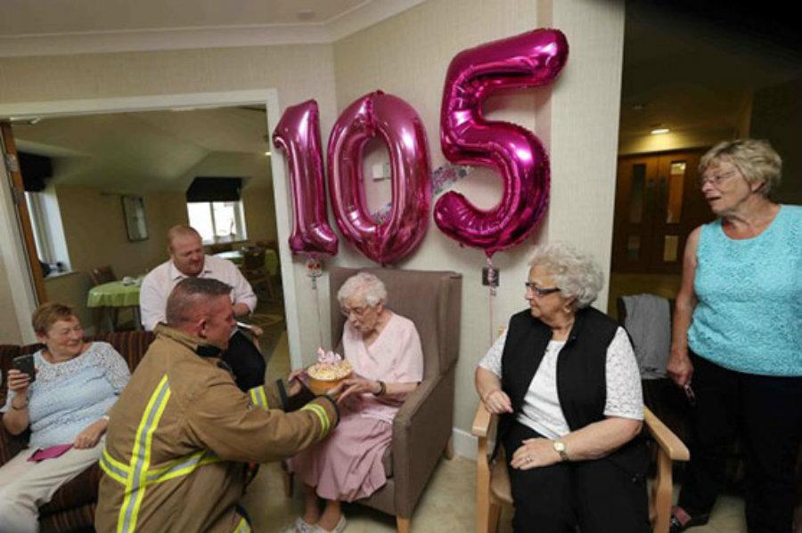 105-летняя бабуля попросила на день рождения пожарного в татуировках