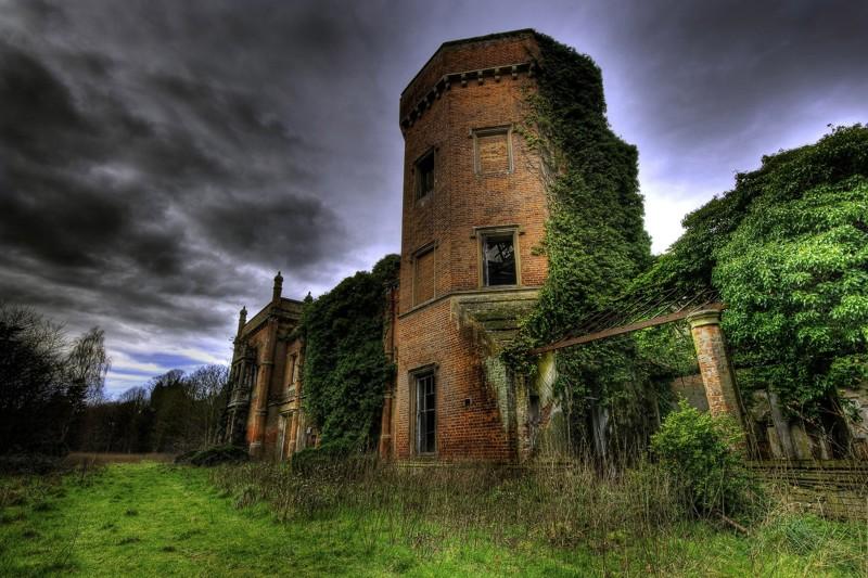 7 самых потрясающих заброшенных замков мира