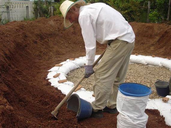 наполнение мешков песком: Экодом своими руками