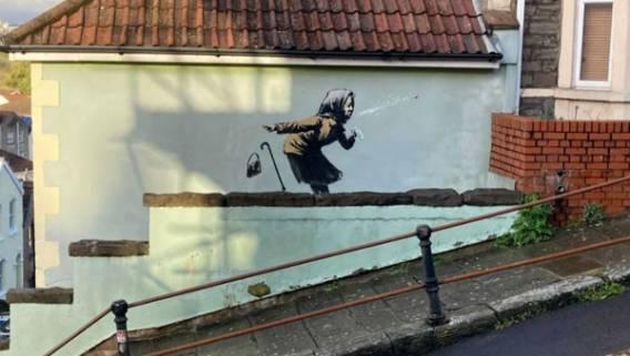 На одном из домов в Бристоле появилась новая работа Бэнкси – изображение чихающей женщины ИноСМИ