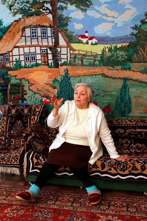 Бабушка-рукодельница сама вышила крестиком себе «обои»