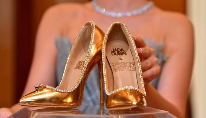 Драгоценности теперь можно обуть на ноги. /Фото: hype.ru