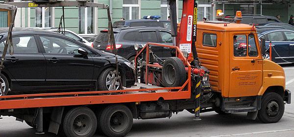 В Новосибирске автовладелец вторые сутки не дает эвакуировать свою иномарку