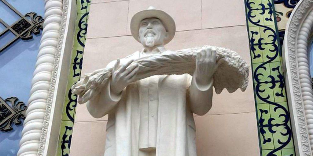 У павильона «Казахстан» на ВДНХ снова появились исторические скульптуры